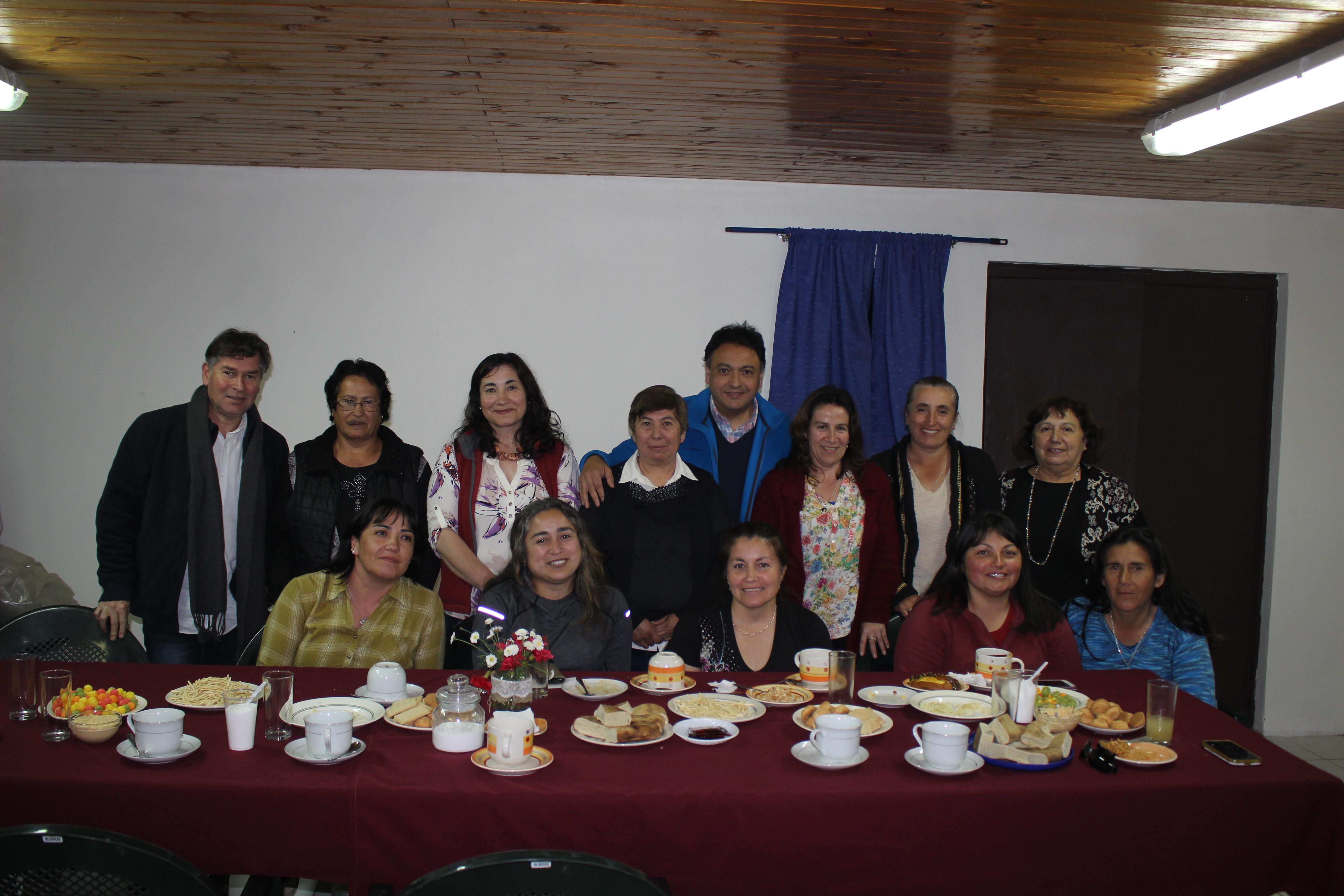 Alcalde de Licantén celebra el Dia de La Madre con vecinas de Duao